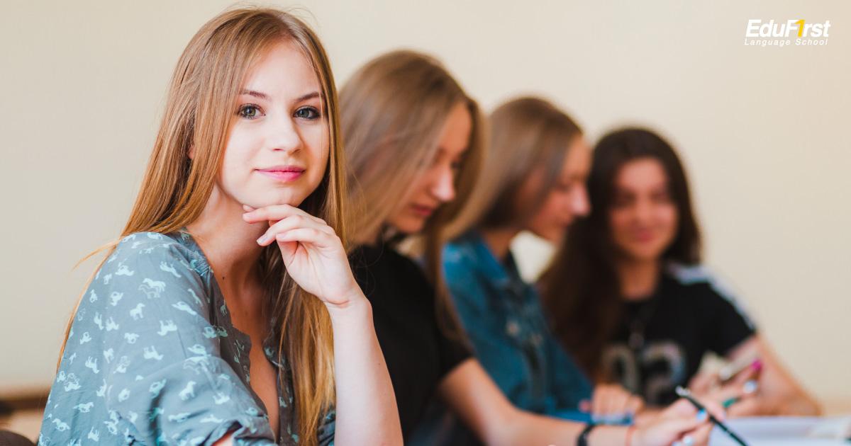 ที่เรียนภาษาอังกฤษ ที่ดี ต้องมีจำนวนนักเรียนต่อคลาส ไม่มากจนเกินไป เพื่ออาจารย์ผู้สอนจะดูแลอย่างทั่วถึง