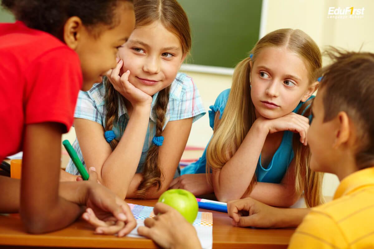 รูปแบบการสอน Phonics สอนผ่าน ตัวการ์ตูน การร้องเพลง กิจกรรม เกมส์ภาษาอังกฤษ เพื่อกระตุ้นให้เด็กเกิดความสนใจในการเรียนรู้ และเกิดความเชื่อมโยงระหว่างตัวอักษรภาษาอังกฤษ