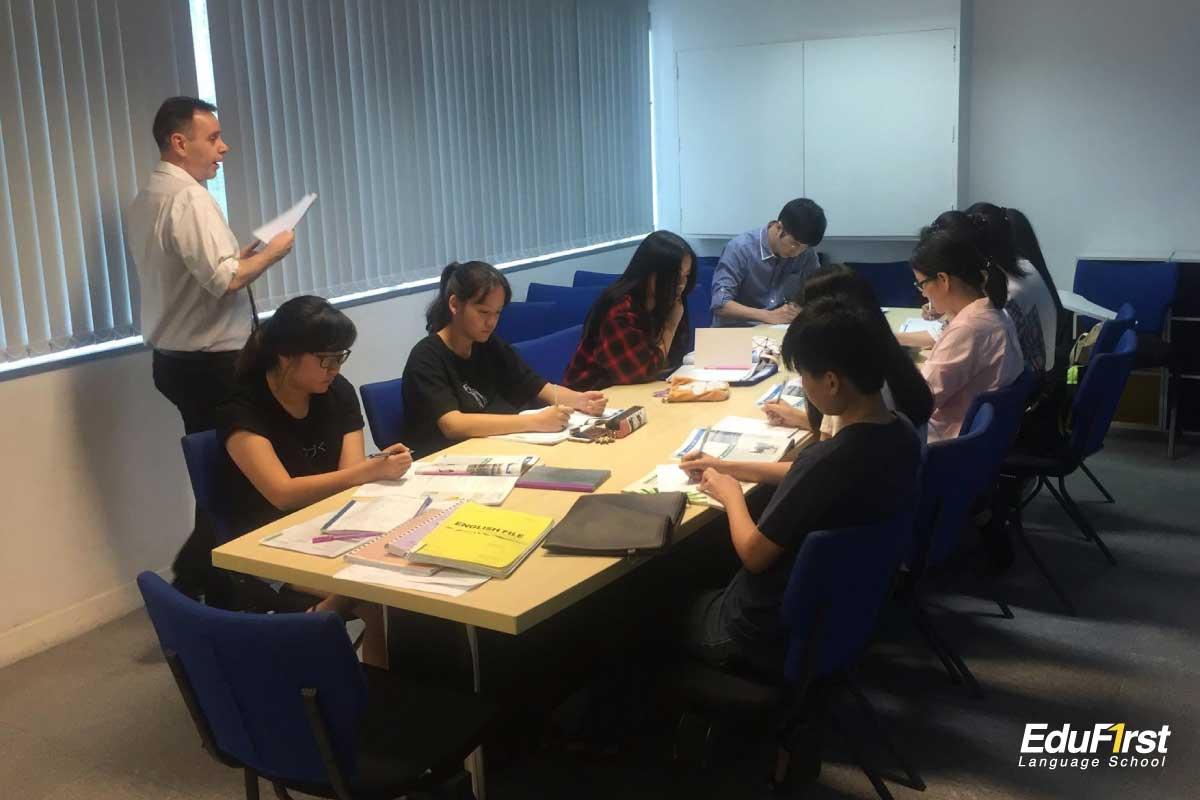 เรียนพูดภาษาอังกฤษ สำหรับผู้ใหญ่ นักเรียน นักศึกษา คนทำงาน General Conversation English - โรงเรียนสอนภาษาอังกฤษ Edufirst