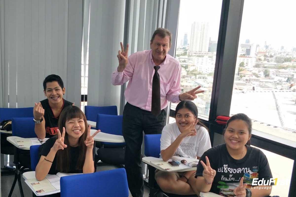 คอร์สเรียนสนทนาภาษาอังกฤษ เรียนพูดภาษาอังกฤษ อย่างมั่นใจ รับรองผล พร้อมเรียนทบหทวนฟรี - สถาบันสอนภาษาอังกฤษ EduFirst
