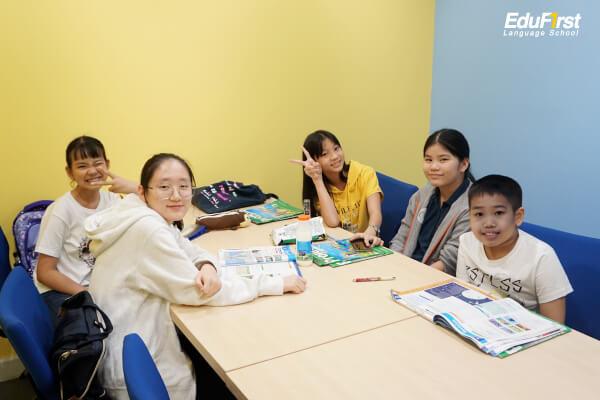 เรียนภาษาอังกฤษแบบกลุ่ม โรงเรียนภาษาอังกฤษเอ็ดดูเฟิร์สท์ - เรียนกลุ่มเล็ก 5 - 12 คน สอนสด โดยอาจารย์ชาวต่างชาติ Native Speaker สอนภาษาอังกฤษเก่งเร็ว เน้นใช้งานได้จริง