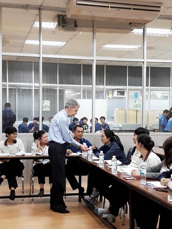 ภาพในการทำกิจกรรมระหว่างการเรียนภาษาอังกฤษในคลาสเรียนหลักสูตรคอร์สภาษาอังกฤษธุรกิจ ของอาจารย์และพนักงาน  โดยสถาบันสอนภาษา EduFirst