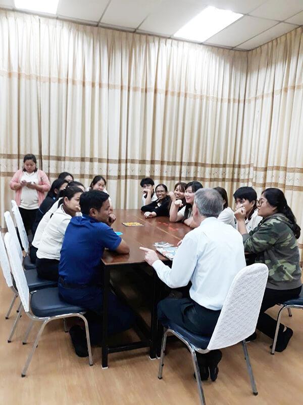 ภาพในคลาสระหว่างการเรียนการสอนภาษาอังกฤษ ของ Teacher Stephen และพนักงานบริษัท Thai Wah โดยโรงเรียนสอนภาษาอังกฤษ EduFirst