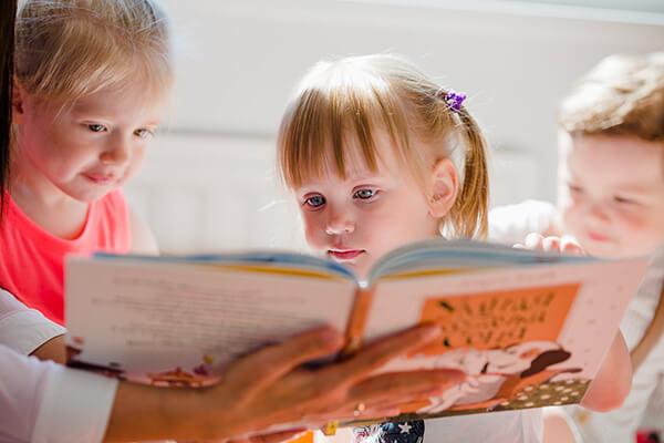 กิจกรรมเสริมสร้างพัฒนาการเด็ก อาทิ การเล่นเกม เล่นกีฬา การเล่านิทานภาษาอังกฤษ พัฒนาภาษาอังกฤษเด็ก - สถาบันสอนภาษาอังกฤษ สำหรับเด็ก EduFirst