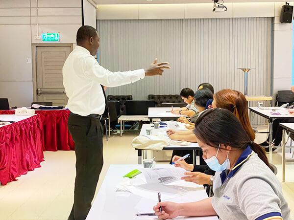บรรยากาศการอบรม ภาษาอังกฤษ สำหรับองค์กร โดยอาจารย์เจ้าของภาษา T. Afari - สถาบันสอนภาษาอังกฤษ EduFirst